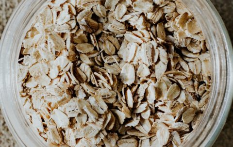 raw oatmeal flakes