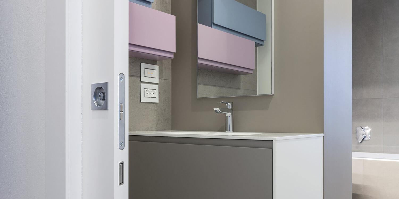 particolare porta scorrevole sul bagno