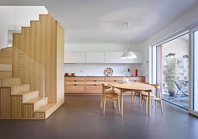 La scarpiera e la cucina dell'appartamento