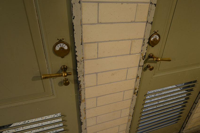 porte originali del bagno pubblico