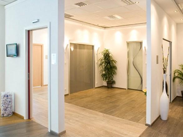 Eclisse showroom Repubblica Ceca porta filo muro vetro decorato