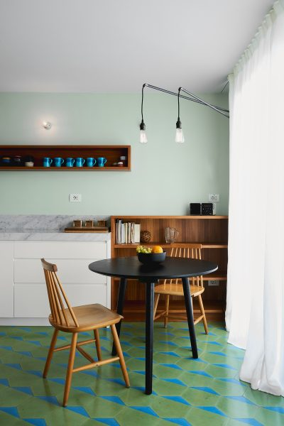 Cucina con cementine esagonali a punte blu