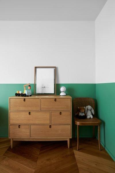 Camera dei bambini con pareti bianche e verdi