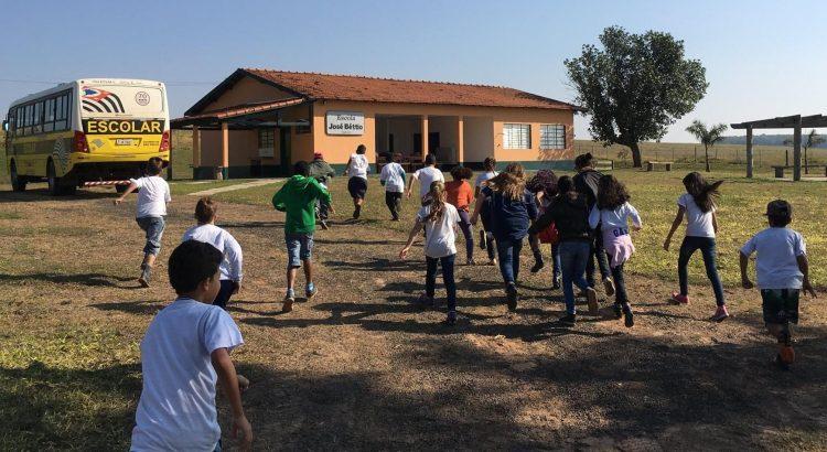 Crianças passando o dia na Escola Ecooar de Educação Ambiental José Béttio