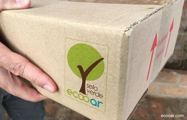Foto mostra caixa com a logo da Ecooar