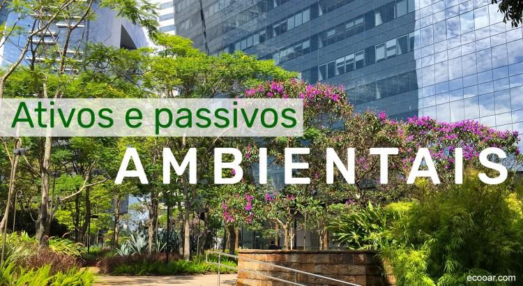 Foto mostra uma praça com árvores em frene a prédios