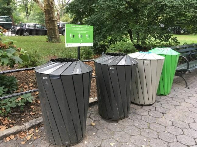 Foto mostra lixeiras em utilizadas no Central Park