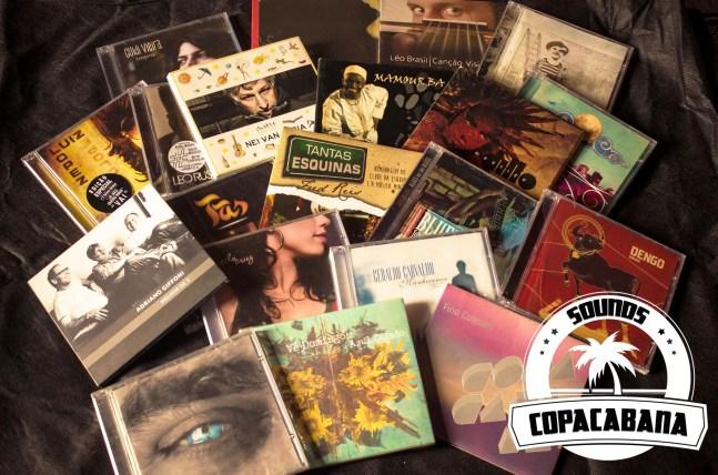 Foto mostra cds sobre um pano preto