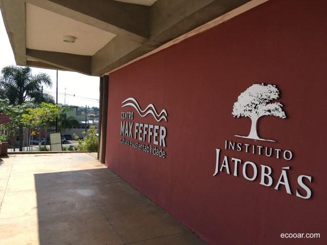 Foto mostra logos do Centro Max Feffer de Cultura e Sustentabilidade e do Instituto Jatobás na parede