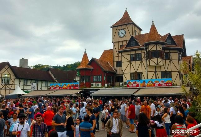 Foto mostra Parque Vila Germânica em Blumenau, com pessoas durante a Oktoberfest