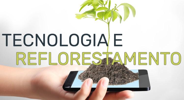 Foto montagem mostra uma mão segurando um celular, com terra e uma muda de árvore plantada