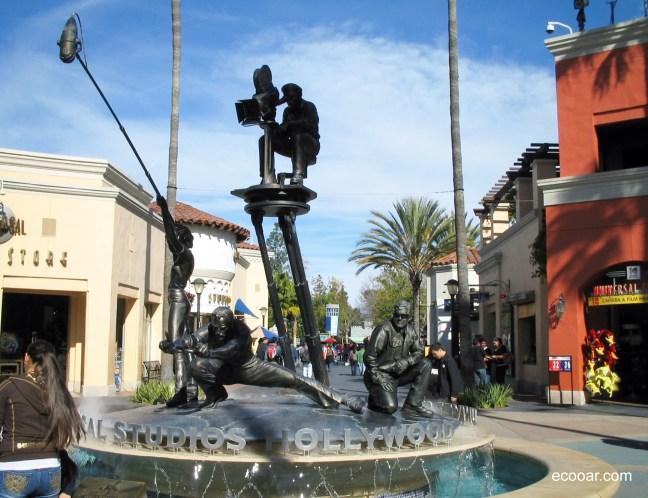 Foto mostra estátuas do Universal Studios em Hollywood