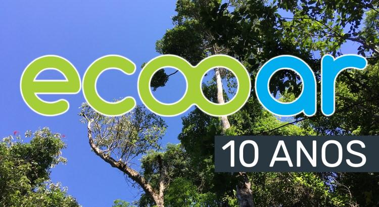 Foto mostra logo da Ecooar e árvores grandes ao fundo