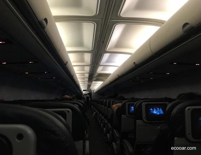 Foto mostra interior de avião