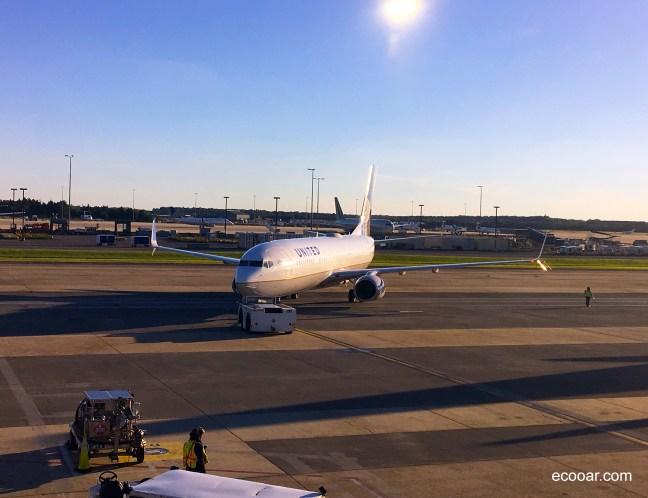 Imagem contém avião em aeroporto durante pandemia de Coronavírus
