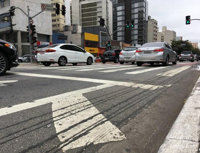 Foto mostra rua no centro da cidade de São Paulo, com carros passando