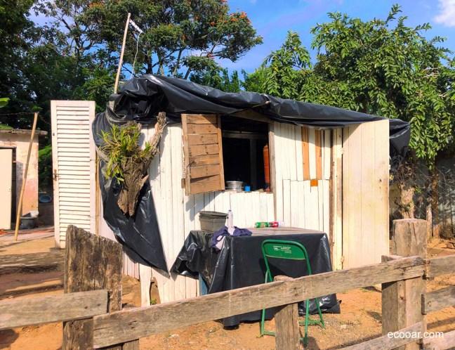 Foto mostra casa simples feita de madeira e coberta com lona, que pode propiciar a disseminação do coronavírus