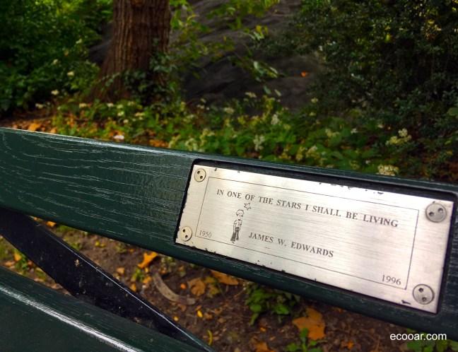 Foto mostra placa com frase do Pequeno Príncipe em banco no Central Park, em New York, Estados Unidos