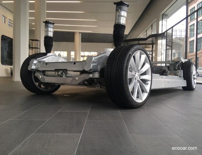 Foto mostra chassi de carro elétrico da Tesla em San Francisco, Califórnia