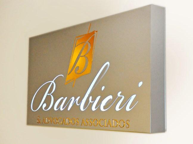 Foto mostra logo da Barbieri e advogados associados