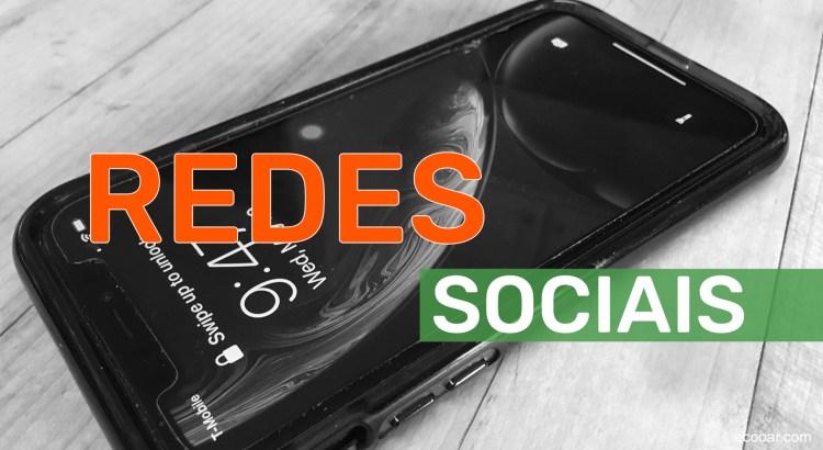 Foto mostra celular com texto redes sociais