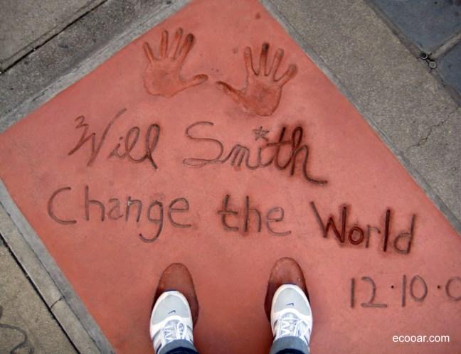 Foto mostra assinatura de Will Smith na calçada da fama em Hollywood