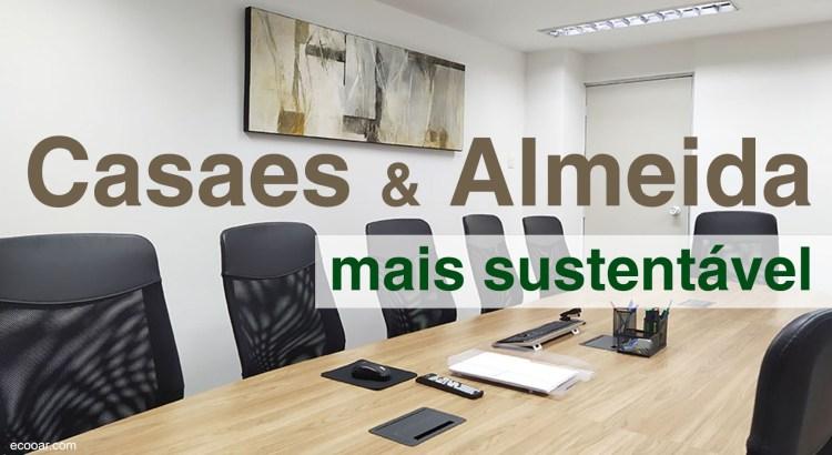 Foto mostra sala de reunião, com uma mesa de madeira e algumas cadeiras, dentro da Casaes e Almeida