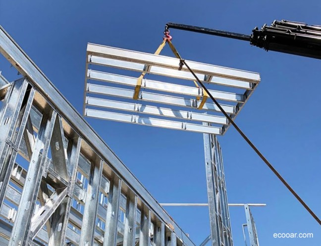 Foto mostra armação de Light Steel Frame sendo erguida por guindaste