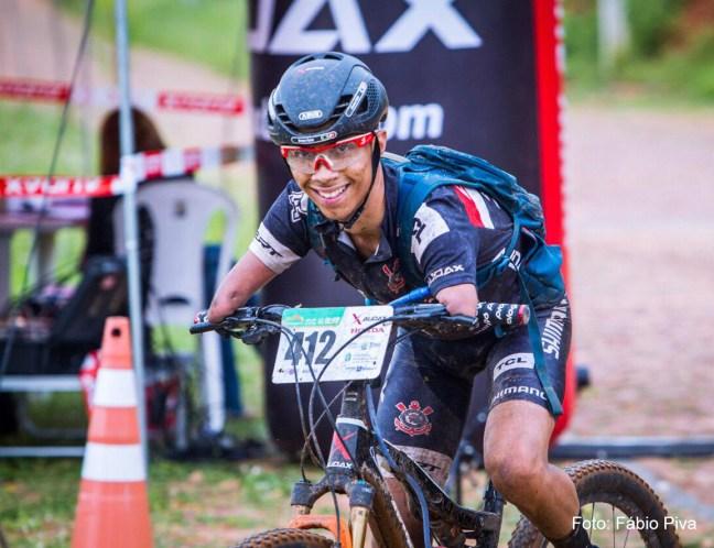 Foto mostra ciclista Bruno Paim, participando de provas de ciclismo