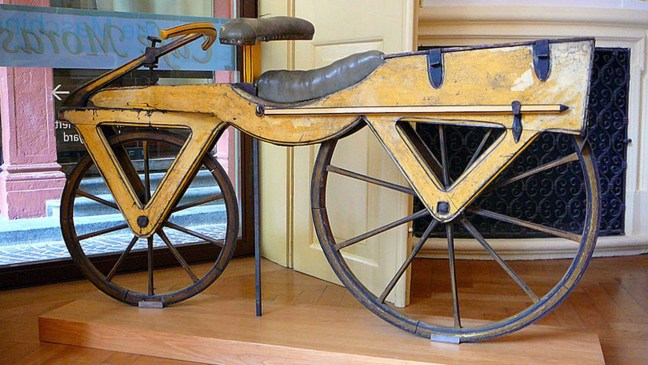 Foto mostra bicicleta antiga exposta em museu