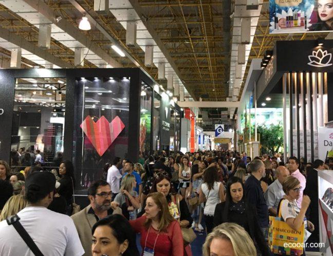 Foto mostra pessoas caminhando em um corredor da Feira Beauty Fair, realizada no Center Norte