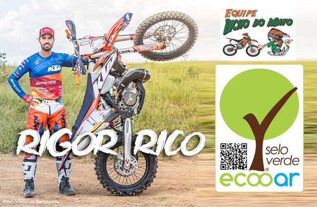 Foto mostra Rigor Rico com sua moto em pé e logos dos eventos