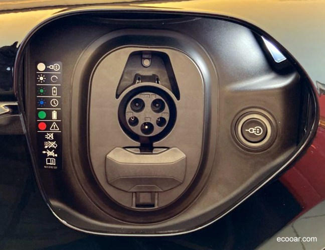 Foto mostra tomada de carregamento elétrico do Porsche Taycan na concessionária Hoffman Porsche