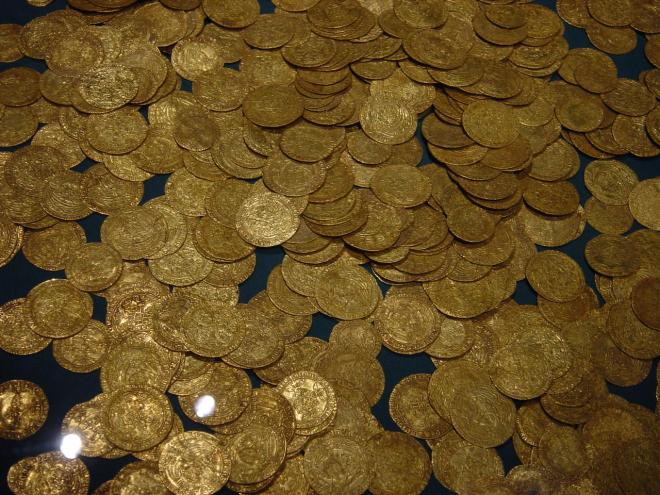 This hoard of gold coins is not the cache discovered by Israeli divers earlier this year. These coins date from ancient or Medieval-period Britain. Photograph by Swiss Banker, courtesy Wikimedia. Public domain!