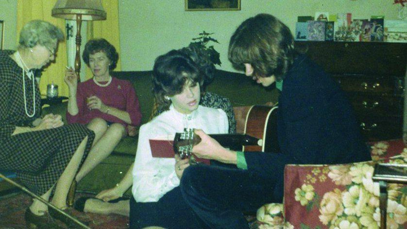 drake-playing-guitar