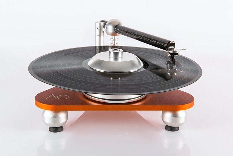 audiodeva-atmo-sfera-platterless-turntable-designboom-03-818x546