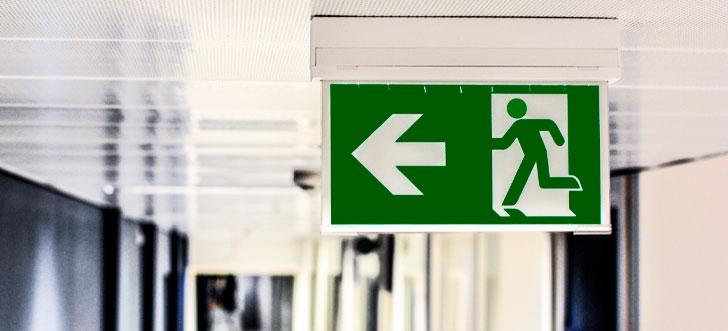 Placa de sinalização saída à esquerda