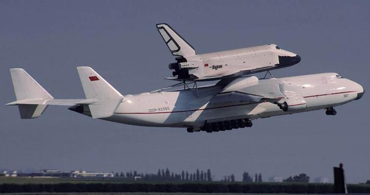 Antonov An225 llevando al transbordador ruso buran