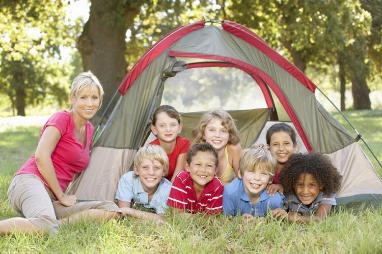 mãe levando crianças para acampar nas férias