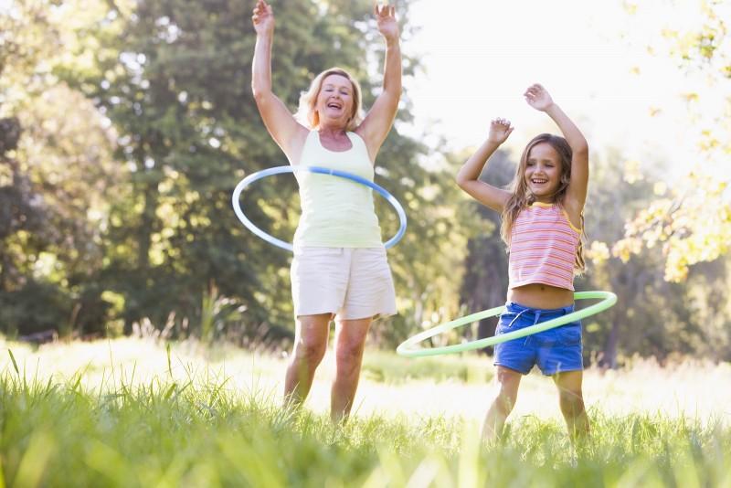 avó e neta saem para brincar nas férias de verão com brincadeiras tradicionais