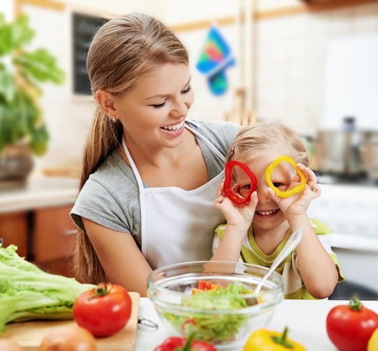 mãe e filha se divertem na cozinha cozinhando juntas nas férias de verão
