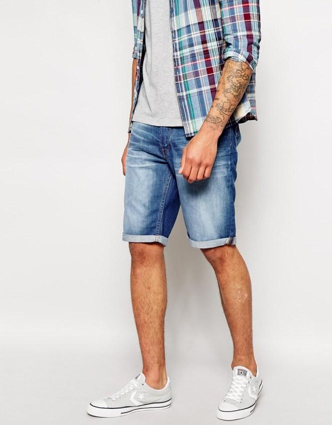 2. Zapatillas con punteras para unas bermudas de jean.