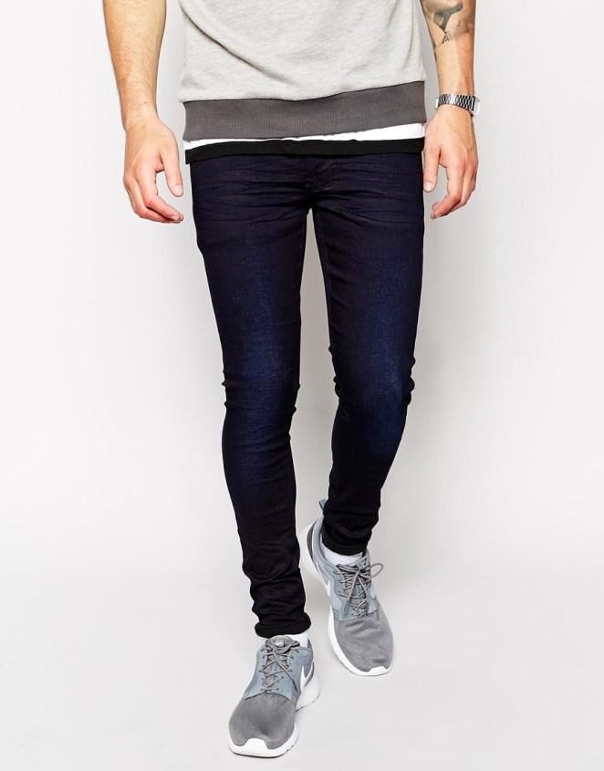 7. Jean muy chupin sin arremangar con zapatillas deportivas.