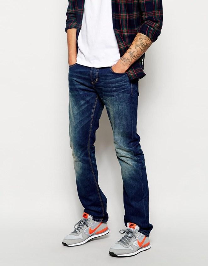 15. Jean recto sin arremangar con zapatillas deportivas.