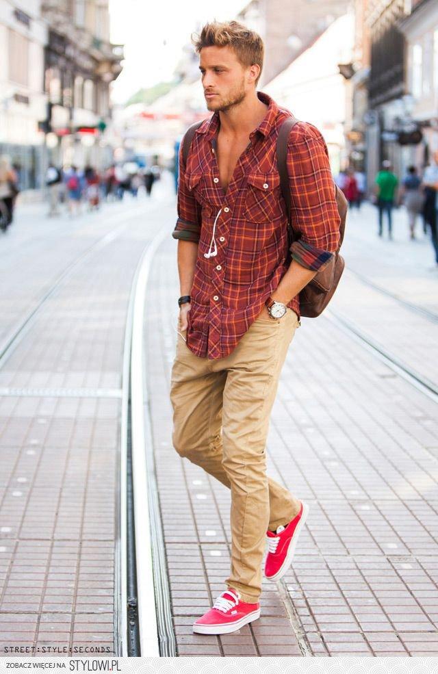 8. Pantalones de gabardina y camisa escocesa.