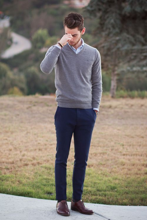 10. Pantalones chinos, camisa celeste y sweater escote en V.