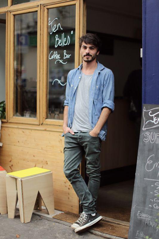 12. Jean, remera gris de algodón y camisa de jean.