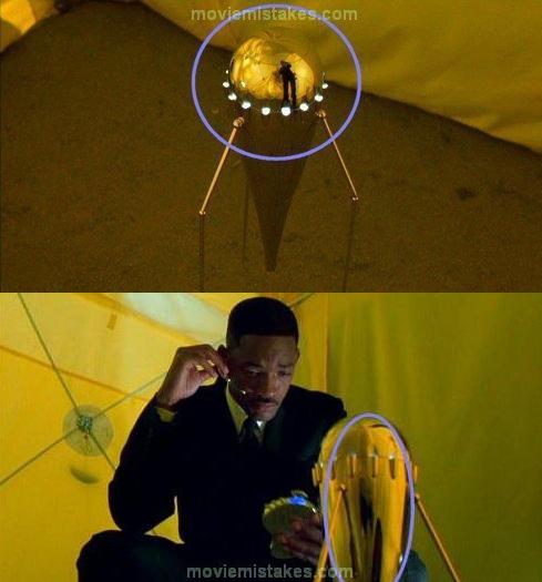 12. Hombres de negro 2. El cameraman se refleja, ¿o es un alien que nunca vimos?