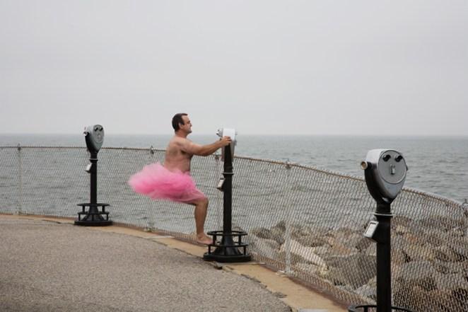 El fotógrafo Bob Carey empezó a sacarse fotos vistiendo sólo un tutú rosa.