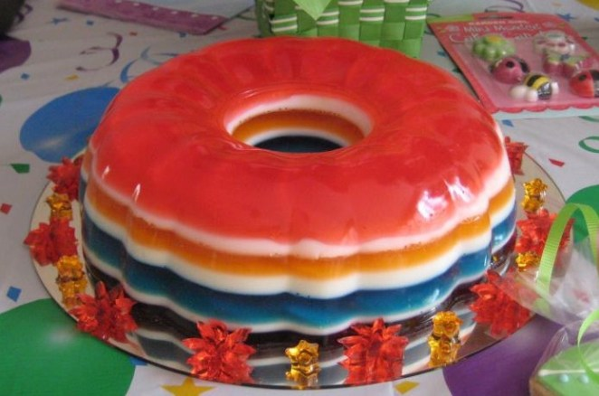 2. Torta de gelatina con los colores del arco iris